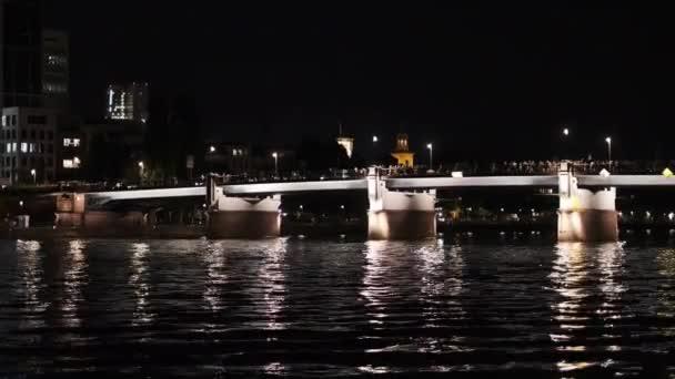 Folyó és az éjszakai világító Footbridge