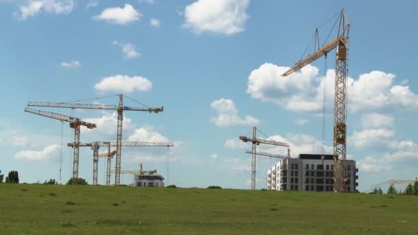 Stavební jeřáby a letní oblohy Panorama