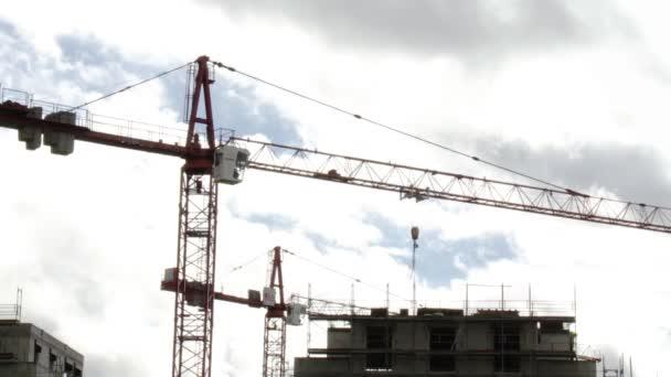 Baukran über Wohnhaus im Bau