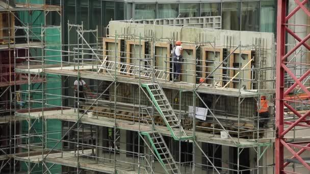 Generování uživatelského rozhraní a stavební pracovníci na staveništi