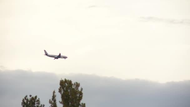 letadlo letí zamračená obloha