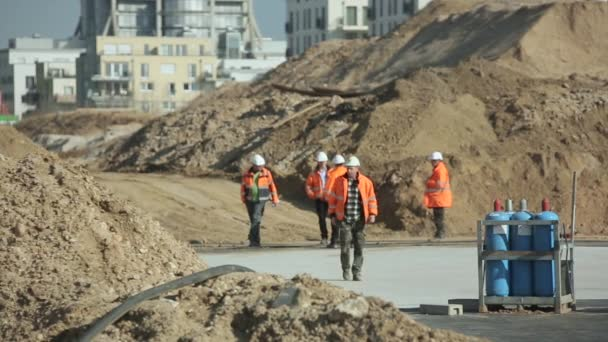Csoport építőmunkások a helyszínen