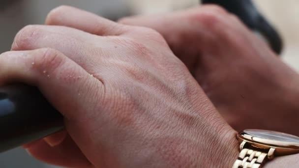 Lidská ruka držící černý pruh