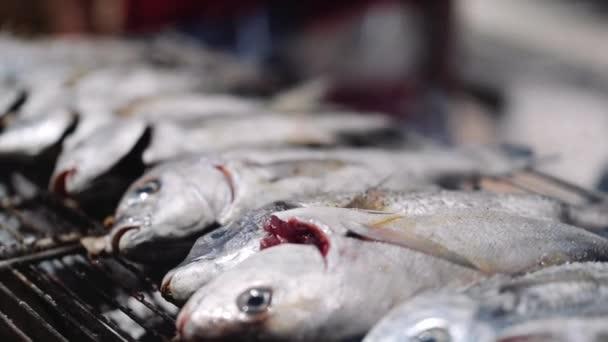 Čerstvé ryby a zelenina na špízu pro grilování venku
