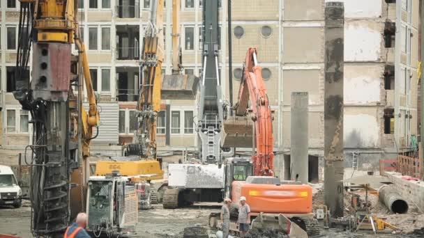 Stavba strojů a pracovníků při práci