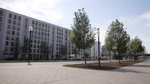 breiter Bürgersteig und Neubauten in Frankfurt, Deutschland