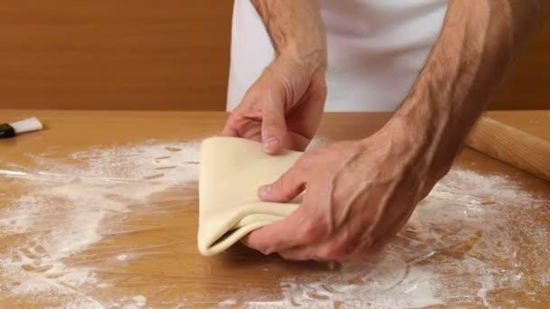 Muž výroba listového těsta série.