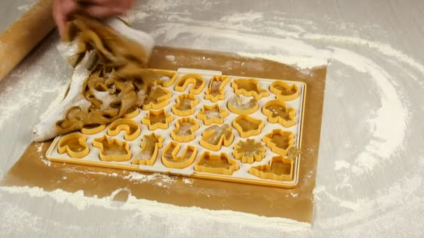 Männliche Chef-Hände mit Cookie-Cutter auf Teig