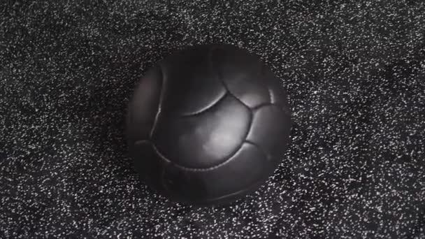 Medicina nera Croce Fit Ball si trova sul pavimento in gomma palestra