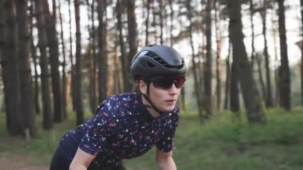 Mladá roztomilá cyklistka sprintuje na kole ze sedla. Soustředěný obličej. Cyklistický výcvik. Zpomalený pohyb