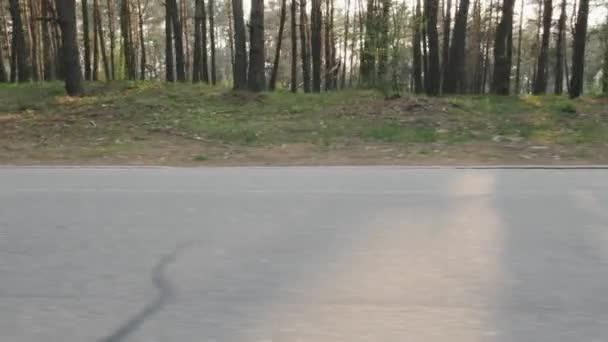 Sebevědomý cyklista z sedla. Výstřel z boku. Cyklistický koncept. Zpomaleně