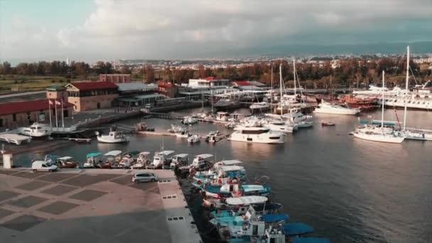 Légifotók a jachtok és halászhajók számára a városi kikötőben, a turistakóséten és a zöld parkban