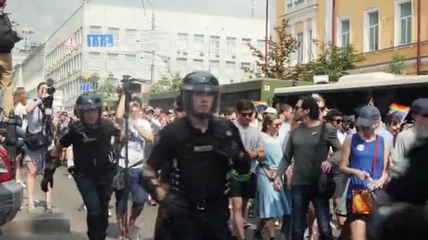 Kyjev/Ukrajina-červen, 23 2019 policejní ochranka ozbrojila stráže a chránila lidi v Pride Parade LGBT. homosexuální pýcha přehlídka v Kyjevě