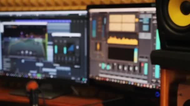 Zavře obrazovku s digitálním audio pracovním prostorem pro zvukový inženýr. Mixování hudby a zvládnutí procesu domácího nahrávacího studia. Zvuk výrobce editace hudby v nahrávacích studiu.