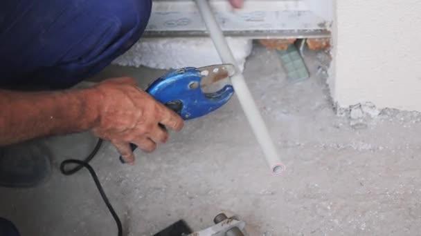 Instalatér je vybaven plastovou kovovou trubkou. Nůžky pro řezání plastových trubek. Koncepce stavby