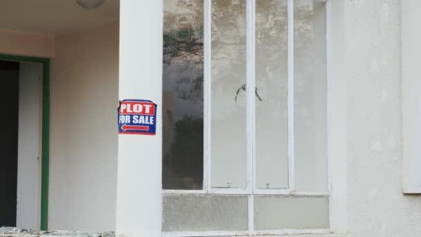Štítek pro prodej značka na stavbě domu. Dům na prodej zahradního Bílého domu. Koncepce realit