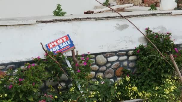 Plot ház eladó írja alá a gyepen a tégla kerítés. Ingatlanpiaci koncepció.