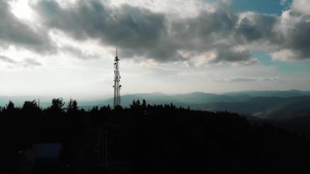 Sziluettje fenyőfák erdő magas hegycsúcsok a horizont drone megtekintéséhez. A drone a hegyi pályaudvar közelében repül. Repülés felett hegy tetején. Csodálatos kilátás a Kárpát-hegységre a hegytetőn.