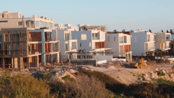 Bau von Ferienhäusern an der Küste. Neubauten am Kai. weiße Luxusvillen am Meer. Bau von Luxusvillen an der Mittelmeerpromenade.