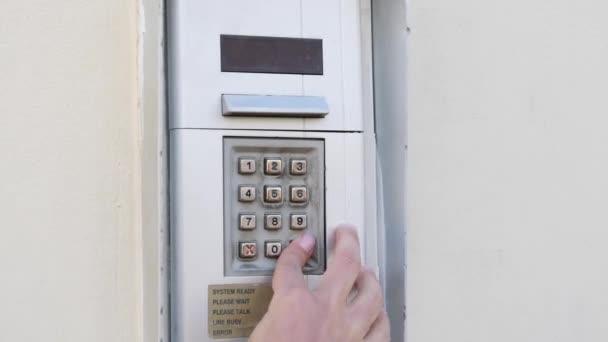 Zavřít pohled ženských prstů vstupujících do digitálního kódu ze dveří. Žena vytáčí kód z bytu. Žena vstupuje do digitálního kódu