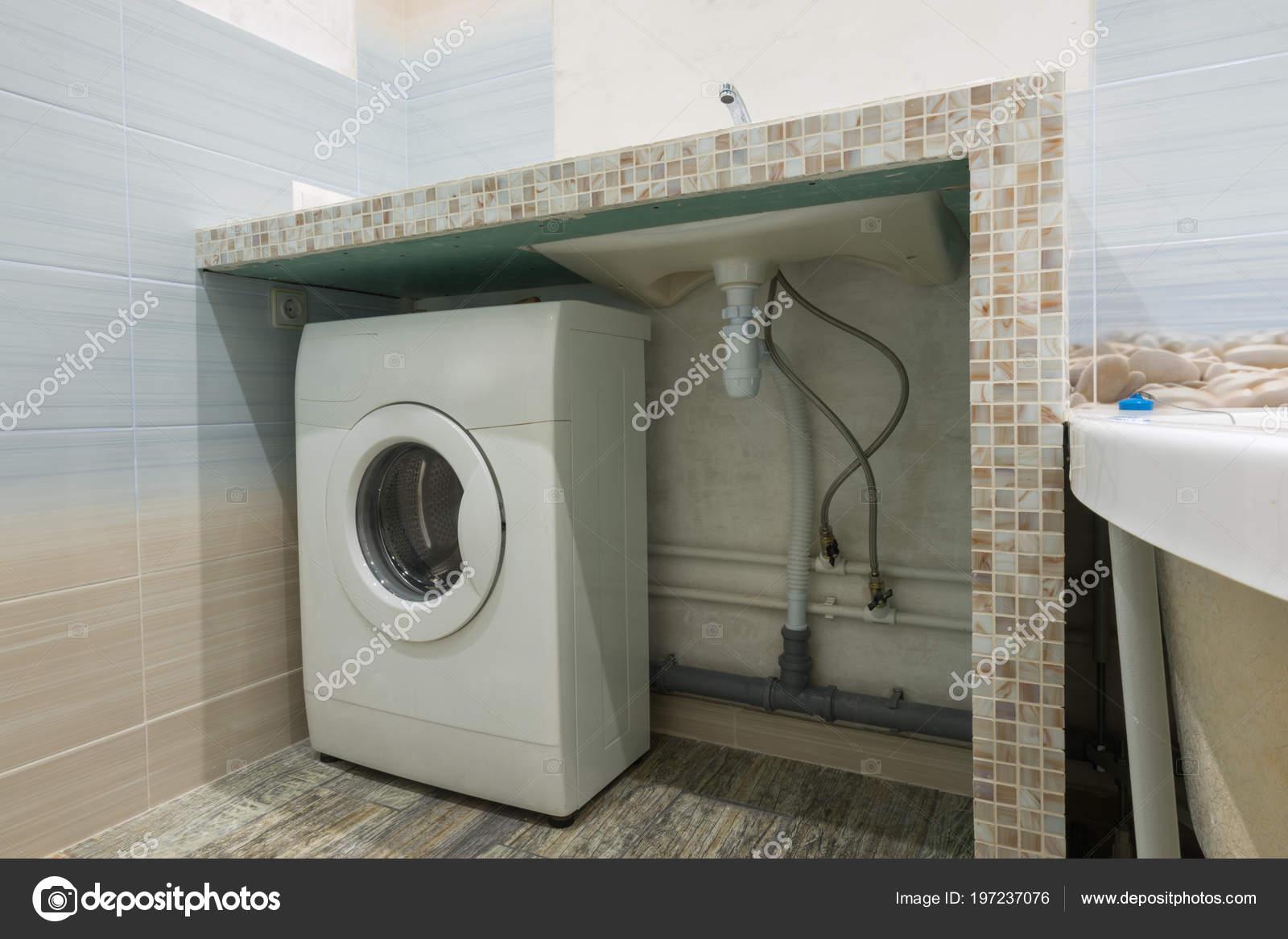 Hausgemachte Sockel Das Waschbecken Bad Platz Für Eine Waschmaschine U2014  Stockfoto