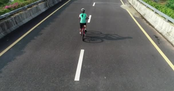 Cyklista na koni horské kolo na silnici