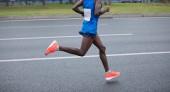 Fotografie Maratonský běžec nohy běží na město silnice