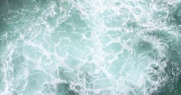 Letecký pohled na nádherný mořskou plášť s rozbitou hladinou