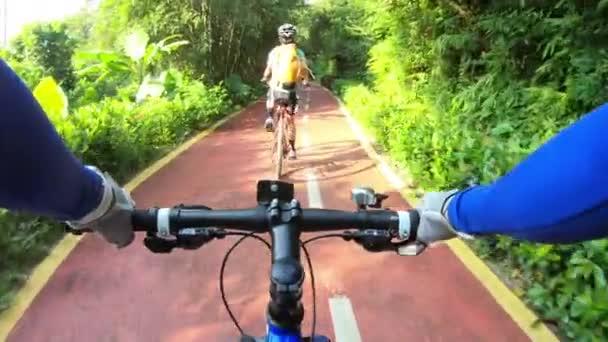 Pov záběry ženy na koni na kole s přítelkyní na cestě do parku