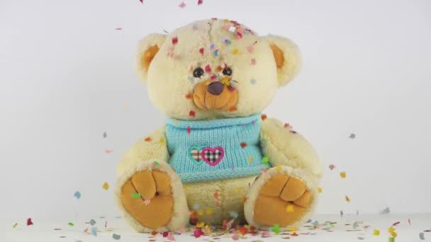 plyšové medvídek na bílém pozadí s barevným konfety