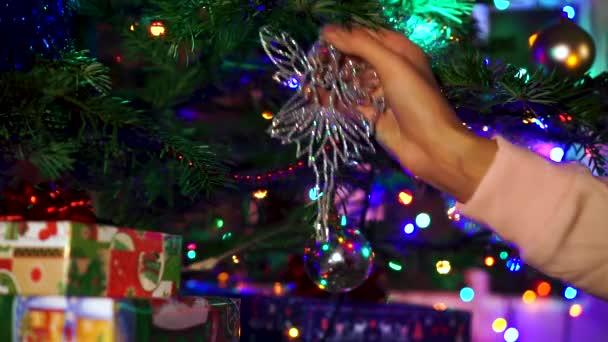 Karácsony karácsonyfa díszítő kezét nő fények fénye.