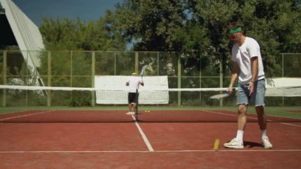 Tenista se zahřívá před zápasem na hřišti
