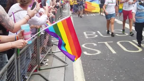 Londýn, Velká Británie-6. července 2019: lidé mávat LGBTQ homosexuální pýchy v březnu solidarity