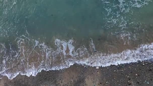 Výhled na moře a pláž. Pěnící vlny narážející na písečnou pláž