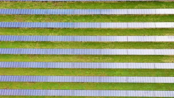 Solární energetická farma. Letecký pohled na solární panely.
