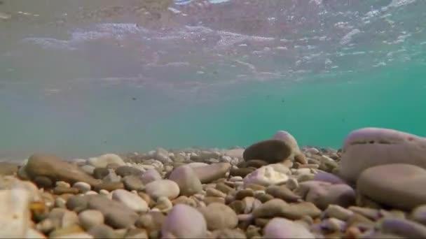 Tengeri sziklák a víz alatt hullám