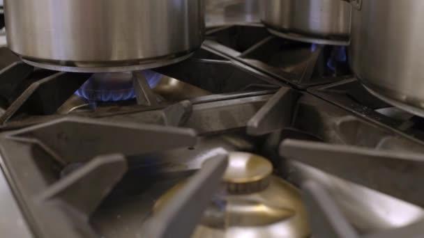 hromadu masa a plynový vařič s pokrmy