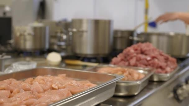 hromadu masa v profesionální nádobí v kuchyni
