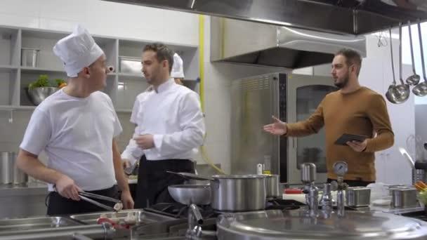 Rozzlobený správce křičí na kuchyni šéfkuchaře skončí v práci