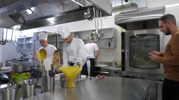 Chef vaření a manažer s tabletu consulting