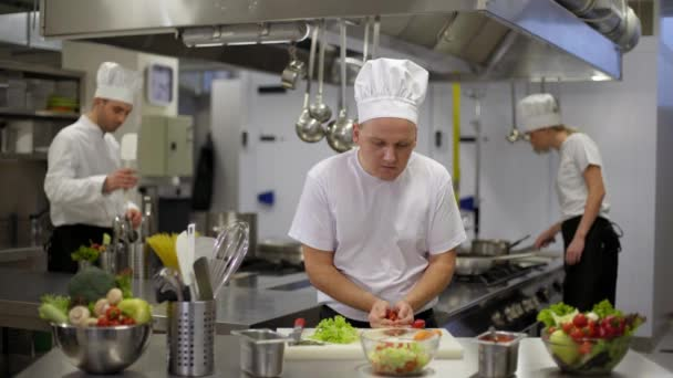 Šéfkuchař připravuje salát pak dobré zprávy o smartphone
