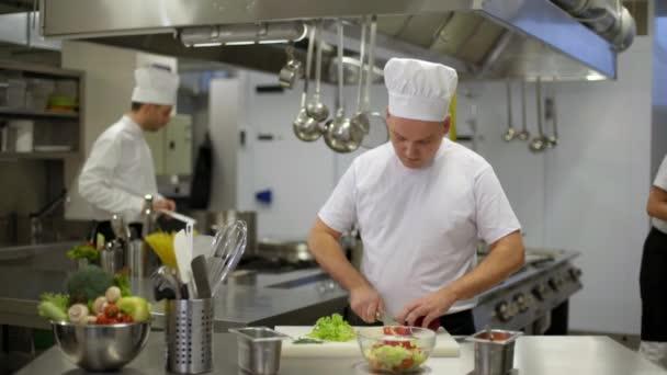 Šéfkuchař připravuje salát pak bolí zranění zápěstí