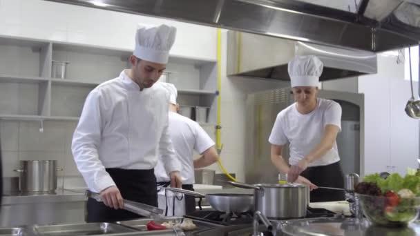 Kuchaři vaření chef pokusech z polévky