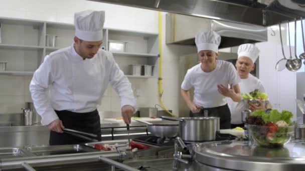 posádka v kuchyni s kuchařem, zpěvem a tancem při vaření