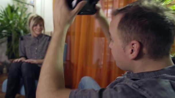 muž a žena v moderní křesla, sdílení a užívat si virtuální realita brýle na homelooking kolem a pomocí gesta rukama