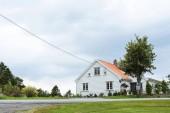 Bílý dům se zahradou na silnici v Norsku