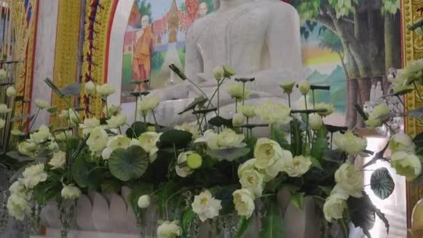 Zlatá socha buhhda v kostele Wat Chalong Phuket, Thajsko