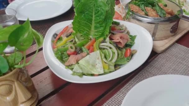 thajské jídlo na stole