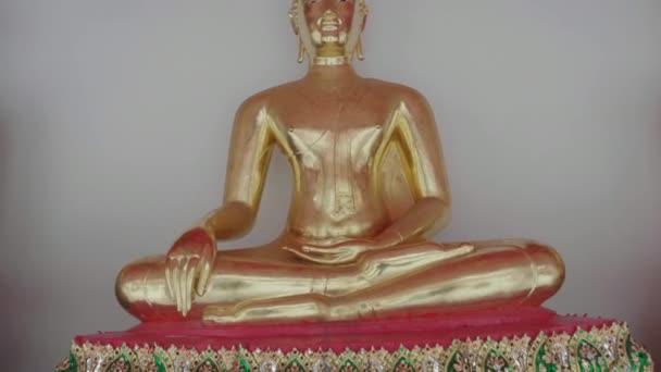 Více zlaté sochy Buddhy v chrámu Wat Arun nebo chrám ležícího Buddhy, Bangkok Thajsko