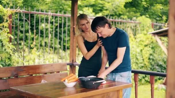 Cestování: chlápek vaří pilaf. Je v letním domě, připravuje se na piknik, řeže vepřové. Mluví s dívkou.